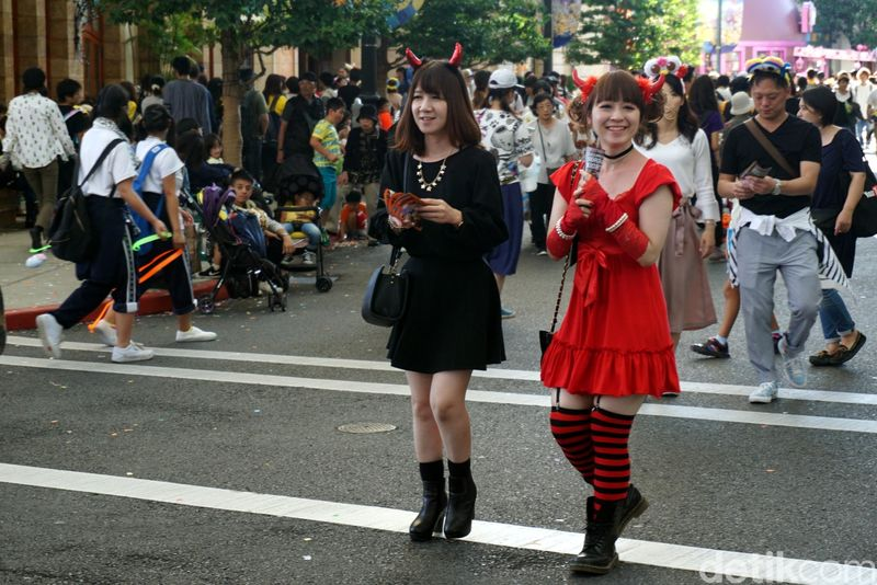 Cosplay adalah seni meniru kostum yang dipakai oleh tokoh kartun atau anime. Seni cosplay berasal dari Jepang, wajar kalau mereka sangat ekspresif untuk urusan satu ini. Apalagi menjelang perayaan Halloween (Wahyu/detikTravel)