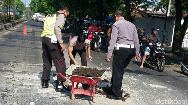 Patungan, 4 Polisi Pekalongan Ini Tambal Jalan Berlubang di Pantura