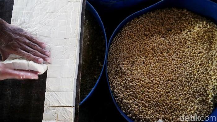 Pekerja tengah menyelesaikan proses pembuatan tahu di Jakarta. Harga kedelai lokal mulai mengalami kenaikan dari harga Rp 6.500 sekarang sudah mencapai Rp 7000.