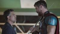 Mark Ruffalo yang berperan sebagai Hulk, berbincang dengan Chris Hemsworth. Foto: Marvel Studios 2017