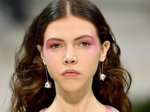 Makeup Warna Ungu Jadi Tren Kecantikan 2019