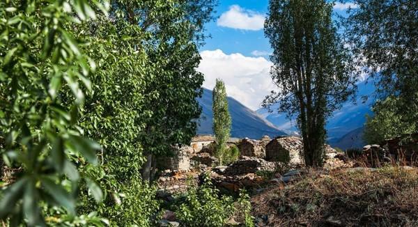 Setelah sekitar 60 tahun kedamaian di perbatasan, semua pengunjung masih dipantau dengan hati-hati karena takut mereka menjadi mata-mata China. Wisatawan memerlukan izin bersama dan persetujuan dari polisi perbatasan Tibet (Dok. Himanshu Khagta/BBC Travel)