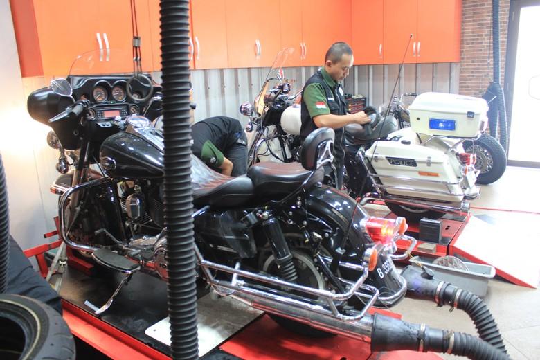 Otolovers pernah lihat Harley-Davidson sedang tambal ban di bengkel tambal ban pinggir jalan tidak? Foto: Ruly Kurniawan