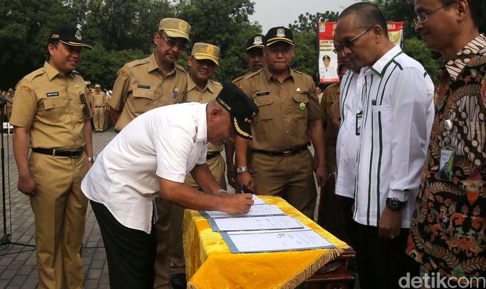 Walikota Bekasi, Rahmat Effendi menandatangani nota kesepahaman dengan BPJS Ketenagakerjaan cabang Kota Bekasi di Kantor Walikota Bekasi, Senin (9/10/2017).