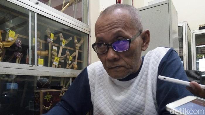 Sugiyatno, pemilik Toko Busana Jawi Suratman.