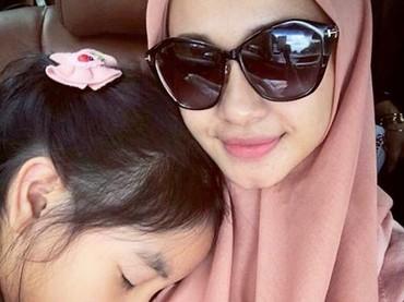 Pulas tertidur di pelukan bunda. (Foto: Instagram/ @laudya_cintiabella)