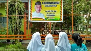Spanduk Lanjutkan Gubernur Riau Dipasang di SMA Menuai Protes