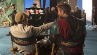 Taika Waititi, sang sutradara tengah berbincang dengan Chris Hemsworth. Foto: Marvel Studios 2017