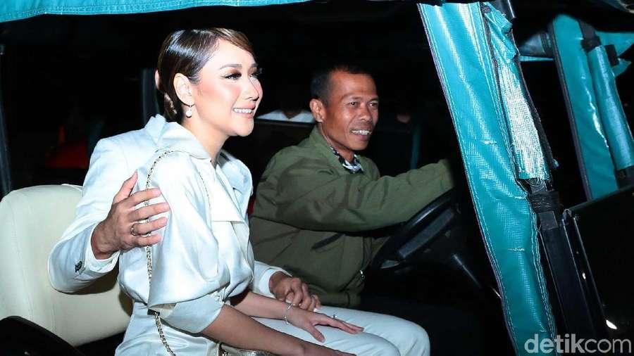 BCL dan Ashraf Naik Mobil Golf ke Resepsi Laudya Cynthia Bella