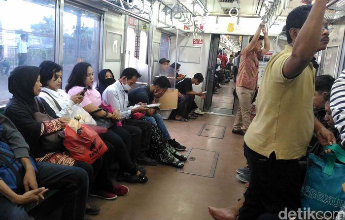 Di dalam kereta yang memiliki 12 gerbong ini kondisi dipenuhi dengan para penumpang. Namun, selepas melewati stasiun Bekasi terlihat kondisi gerbong mulai lenggang.