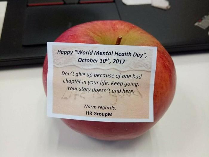 Satu kantor membagikan buah dan sebuah pesan penyemangat untuk semua karyawannya. (Foto: Facebook/Artika Isnanda)