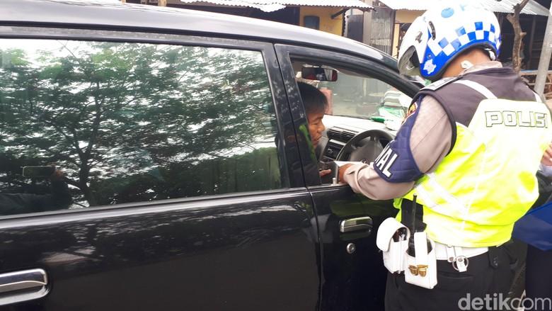 Aparat Gabungan Razia Transportasi Online Di Bandung