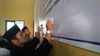 Polisi dan pesilat tanda tangan petisi