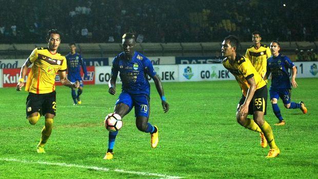 Ezechiel N'Douassel mencetak gol kedua Persib Bandung ke gawang Barito Putera.