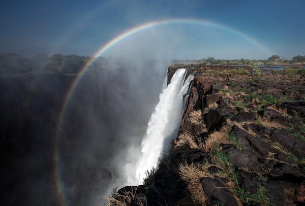 Tidak ada pembatas apapun di bibir air terjun itu, hanya air yang mengalir ke bawah. Ngeri! (tongabezi.com)