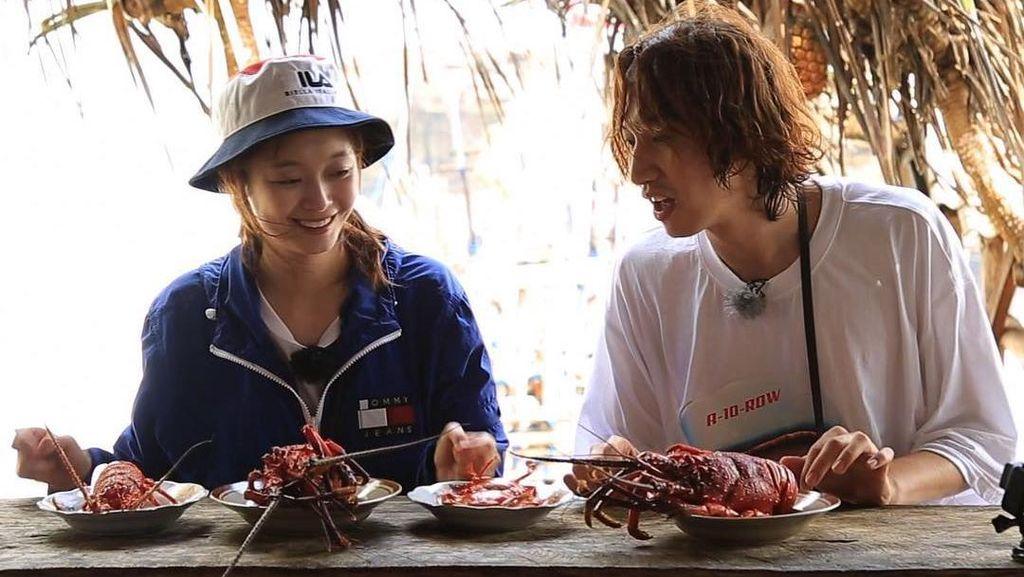 Enaknya! Lee Kwang Soo Nyobain Lobster di Pantai Timang