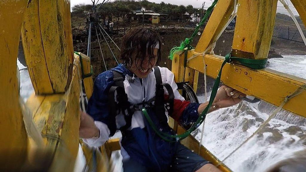 Lee Kwang Soo Naik Gondola di Pantai Timang, Begini Ekspresinya