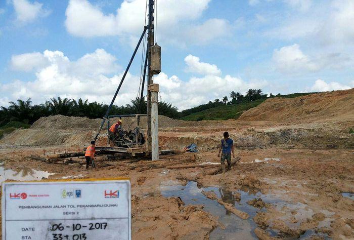 Pengerjaan proyek tol Pekanbaru-Dumai telah dimulai sejak enam bulan yang lalu, setelah dilakukan Perjanjian Pengusahaan Jalan Tol (PPJT) pada April 2016 lalu. (dok. HK)