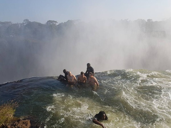 Dalam satu waktu, maksimal orang yang berenang di sana hanya sebanyak 16 orang. Tidak boleh lebih banyak, karena akan berbahaya (@LivingstoneIslandDevilsPool/Facebook)