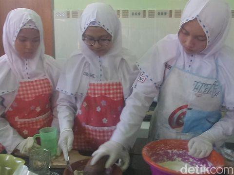 Pelajar membuat mie berbahan udang vaname/