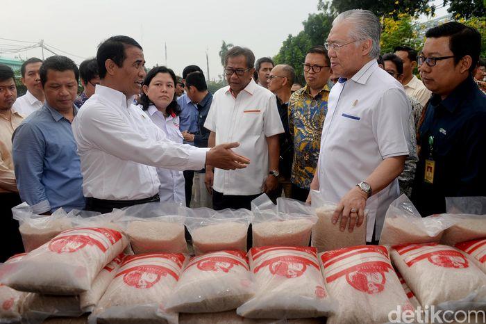 2 anggota Kabinet Kerja yakni Menteri Pertanian Amran Sulaiman dan Menteri Perdagangan Enggartiasto Lukita, tengah bersama-sama melakukan Operasi Pasar Beras 2017. (dok. Kemendag)