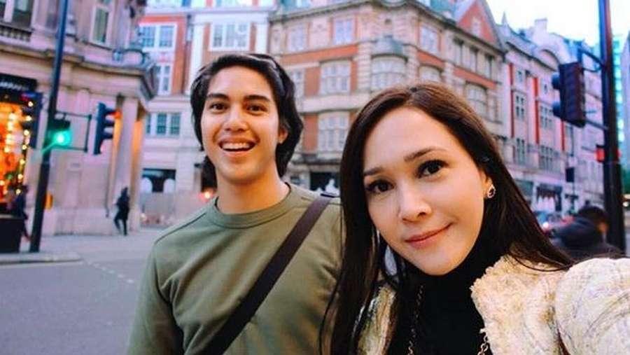 Keseruan Maia Estianty dan El Rumi saat di London