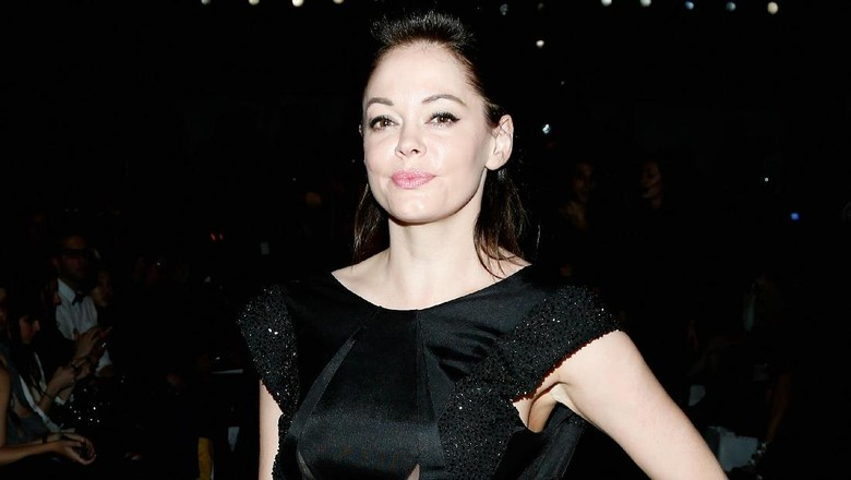 Rose McGowan Kritik Bintang Hollywood Kenakan Busana Hitam di Golden Globe