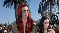 Rose sendiri kerap menuai sensasi seperti saat tampil bersama Marilyn Manson di acara MTV Awards pada 1998 lalu. (Dok. Ist)