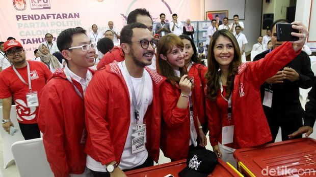 Datangi kantor KPU, Partai Solidaritas Indonesia (PSI) resmi mendaftar sebagai peserta Pemilu 2019. Giring Nidji hingga Tsamara juga terlihat hadir.