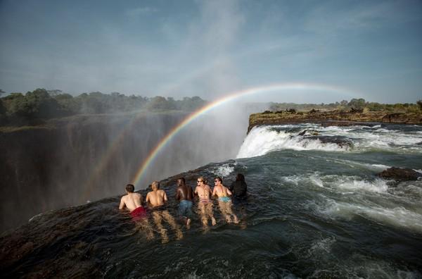 Devils Pool yang diartikan Kolam Setan adalah destinasi unik di Zambia, Afrika. Silakan berenang di sana, di pinggir air terjun setinggi 128 meter! (tongabezi.com)