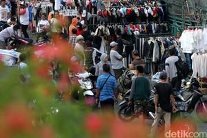 PKL Baju Bekas Rebut Hak Pejalan Kaki