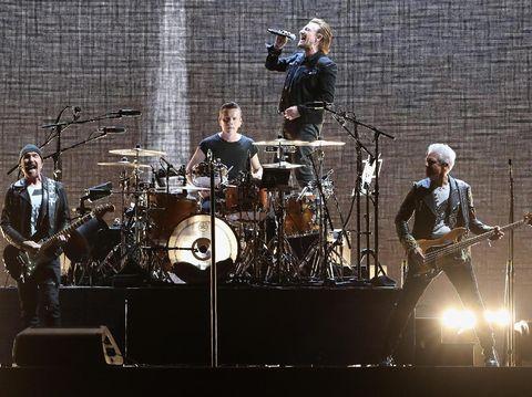 U2 beri penghormatan untuk Sulli saat gelar konser di Korea.