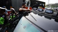 Kendaraan bermotor yang dipasang lampu isyarat (rotator) atau sirene pun ditertibkan.