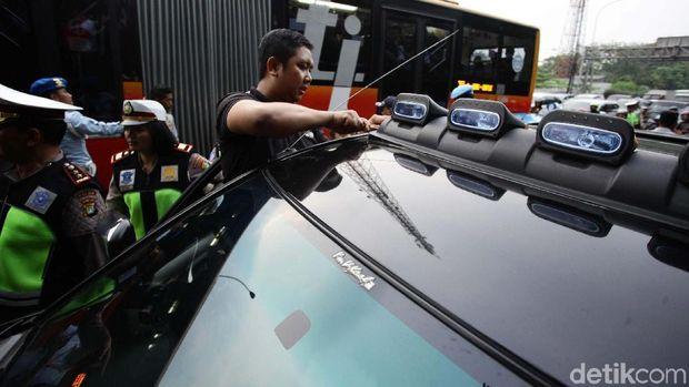 Aparat gabungan menggelar razia terhadap kendaraan pribadi yang dipasang rotator di kawasan Cibubur, Jakarta. Sejumlah kendaraan terjaring razia.