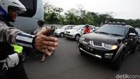 Polisi menggelar razia terhadap kendaraan pribadi yang dipasang rotator di kawasan Cibubur, Jakarta.