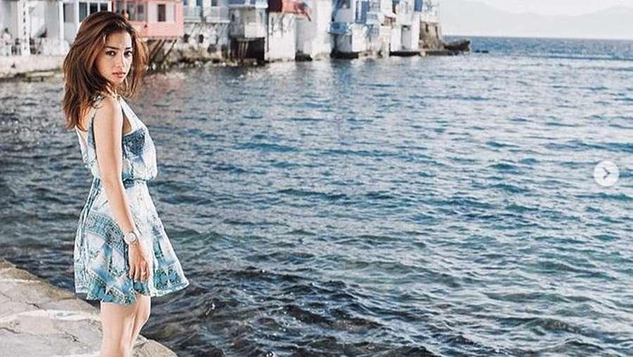 Nikita Willy Pamer Punggung saat Berjemur di Pinggir Pantai