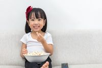Popcorn yang memiliki rasa gurih sering jadi camilan si kecil.