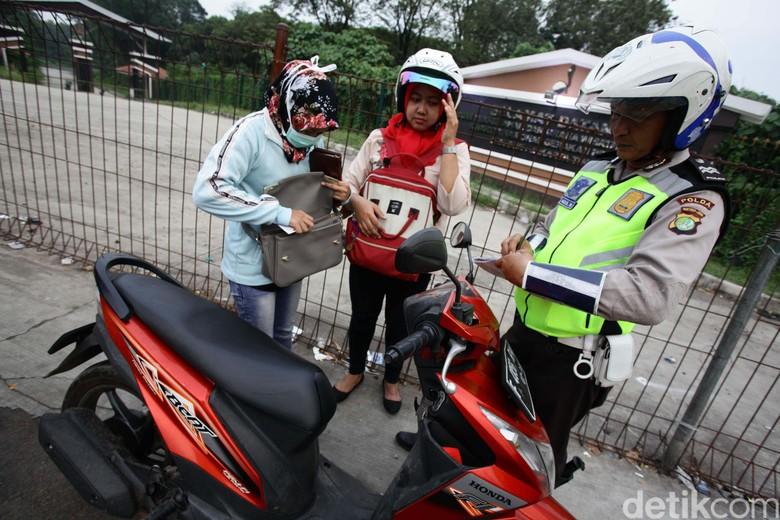 Mobil Pemakai Rotator Terjaring Razia (Foto: Hasan Alhabshy)