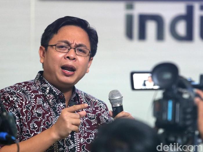 Direktur Indikator Politik Indonesia, Burhanuddin Muhtadi memaparkan hasil survei kepuasan 3 tahun  pemerintahan Jokowi-JK di Jakarta, Rabu (11/10/2017). Hasilnya, 7,95 persen mengatakan sangat puas dan 60,3 persen memilih cukup puas terhadap kinerja Jokowi. Sisanya, 27,23 persen, mengatakan kurang puas dan 2,26 persen mengatakan tidak puas sama sekali. Hadir dalam rilis survei tersebut, politisi Partai Demokrat Roy Suryo, politisi PDIP Puti Guntur Soekarno, dan politisi Partai Gerinda Nizar Zahro. (Ari Saputra/detikcom)