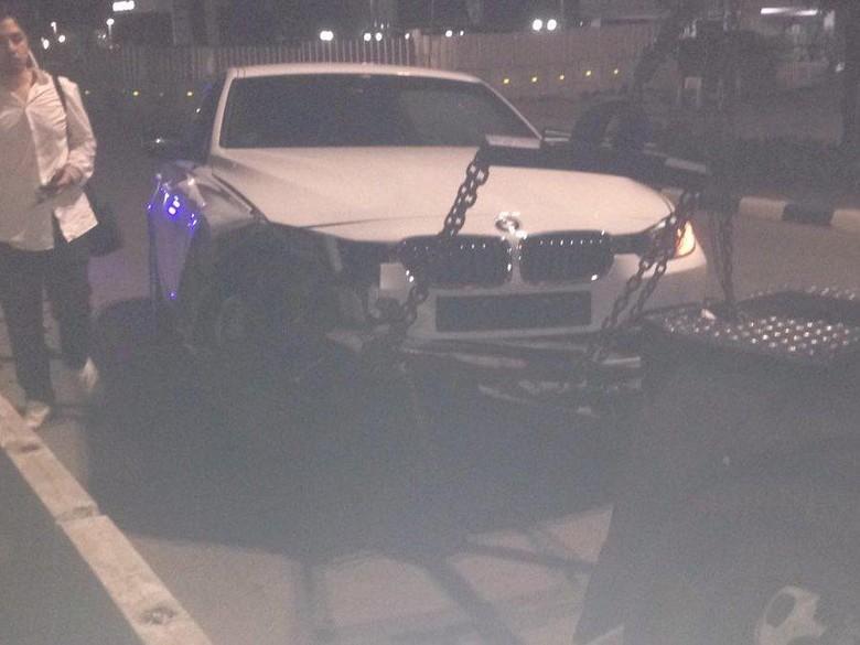 BMW Tabrak Separator Busway Tadi Pagi, Bodi Depan Ringsek