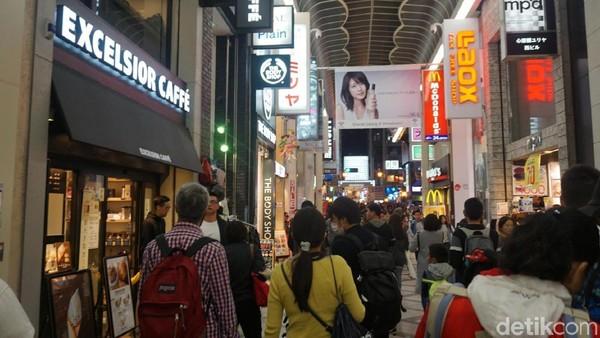 Kota Osaka di Jepang juga menarik buat destinasi wisata belanja. Dari toko-toko sneakers, fashion, belum lagi barang-barang lucu lainnya. (Wahyu Setyo/detikcom)