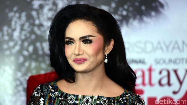 Sama-sama Jualan Lipstik, KD Mengaku Bersaing dengan Aurel