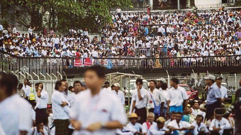Puluhan Ribu Warga Myanmar Gelar Aksi Dukung Suu Kyi Soal