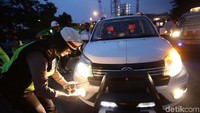 Lampu rotator hanya diperbolehkan bagi kendaraan dinas tertentu. Aturan mengenai lampu rotator sudah tertuang dalam Pasal 59 Undang-Undang No 22 tahun 2009 tentang Lalu Lintas dan Angkutan Jalan.