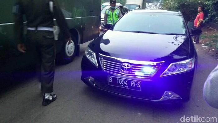 Polisi Tilang Mobil Berpelat RFS (Kim-detikcom)