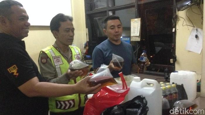 Polisi menunjukkan barang bukti miras oplosan di Cipayung (Foto: Ibnu Hariyanto/detikcom)