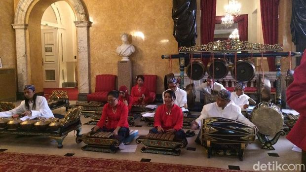 Disambut gamelan/