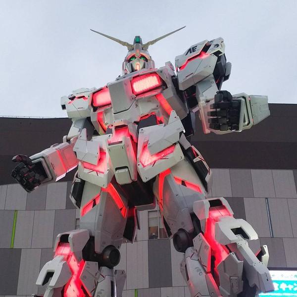 Pada jam-jam tertentu di siang hingga sore hari, wisatawan bisa melihat Gundam menyala dan bertransformasi (hmtsutomu/Instagram)
