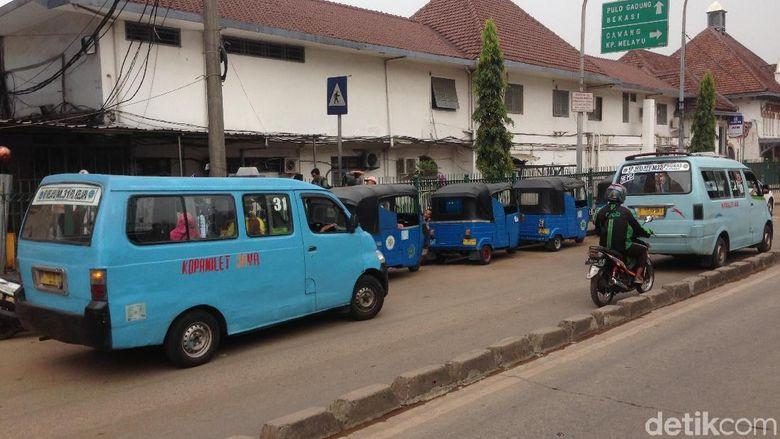 Razia parkir liar atau kendaraan umum yang ngetem sembarangan tidak menimbulkan efek jera. Buktinya, kendaraan umum di depan Stasiun Jatinegara tak kapok dan tetap mangkal.