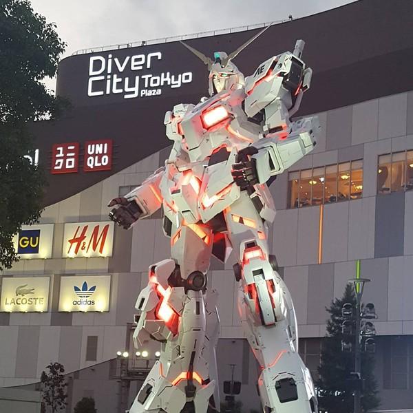 Gundam raksasa ini bisa berubah mode, seperti dari Unicorn Mode dengan tampilan tanduk layaknya unicorn menjadi Destroy Mode di mana tanduknya tampak terbelah menjadi dua dan bagian robot memancarkan warna merah muda (karunamurti/Instagram)